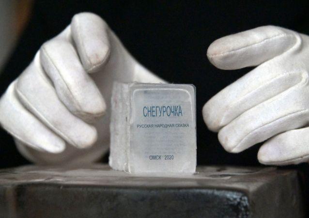 西伯利亚艺术家鬼斧神工制冰书