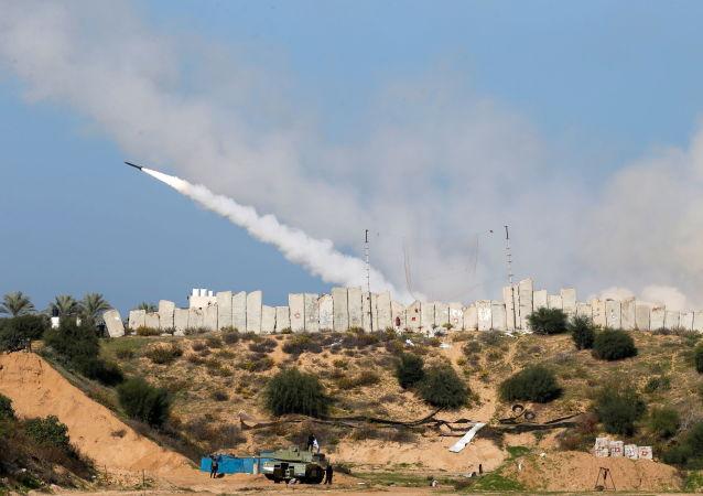 以色列坦克对哈马斯目标实施打击以回应火箭弹袭击
