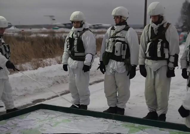 俄空降兵部队伞降演练面面观