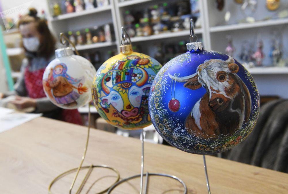全俄展览中心画廊拍摄的完成彩绘的新年枞树装饰球