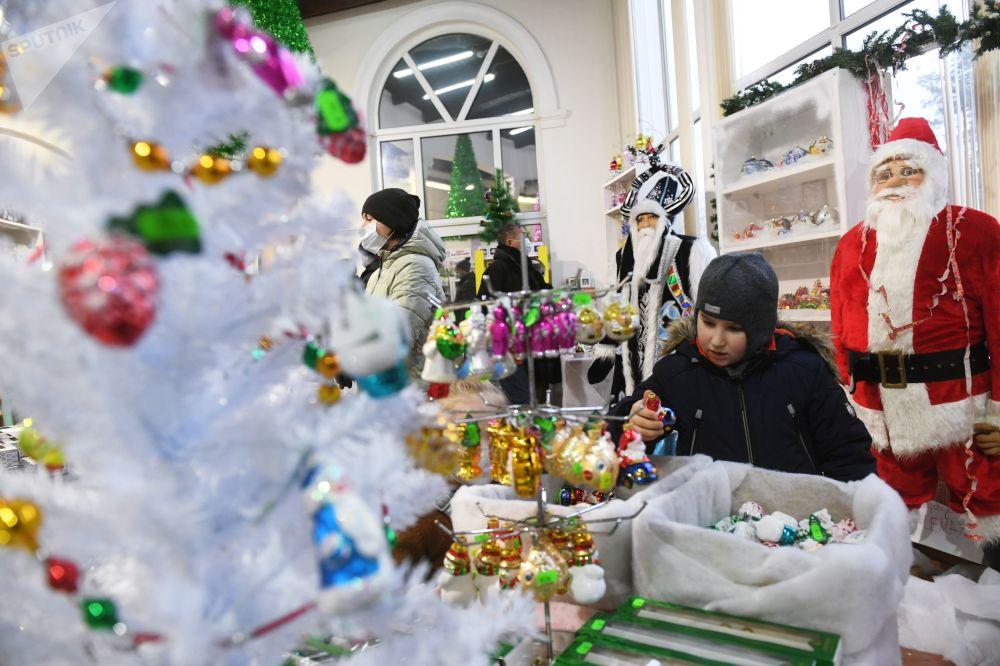 全俄展览中心,观众们在画廊里观赏新年枞树装饰挂件
