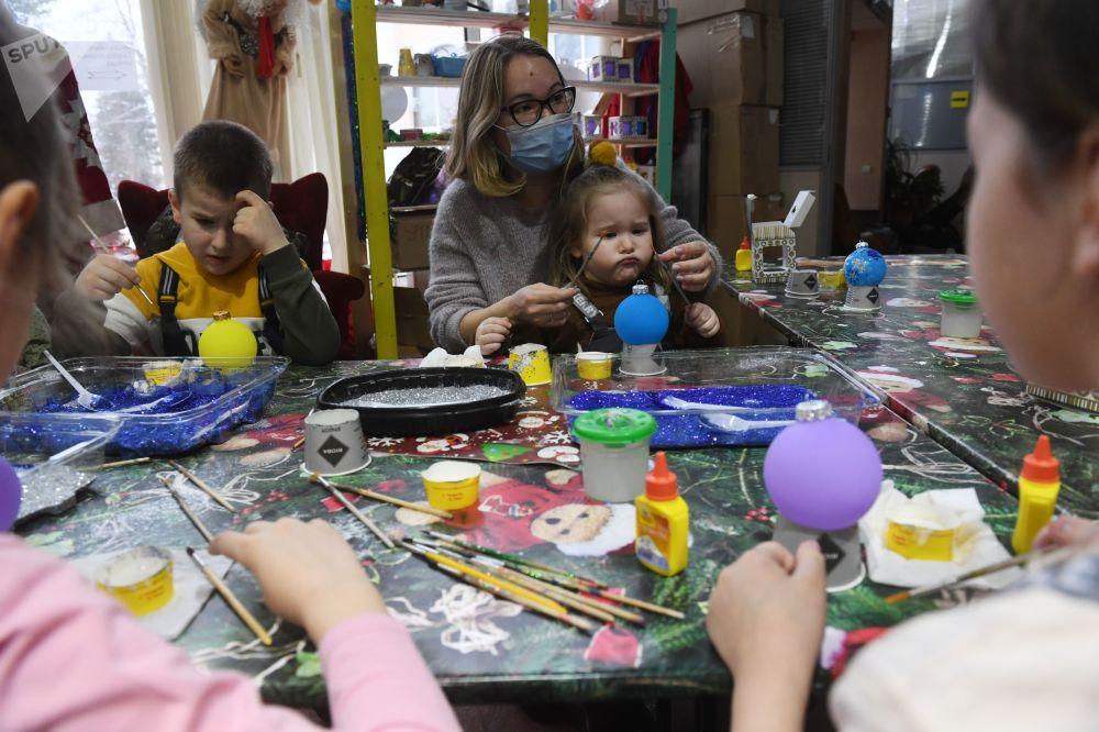 全俄展览中心,孩子们在新年枞树装饰挂件上绘制图案
