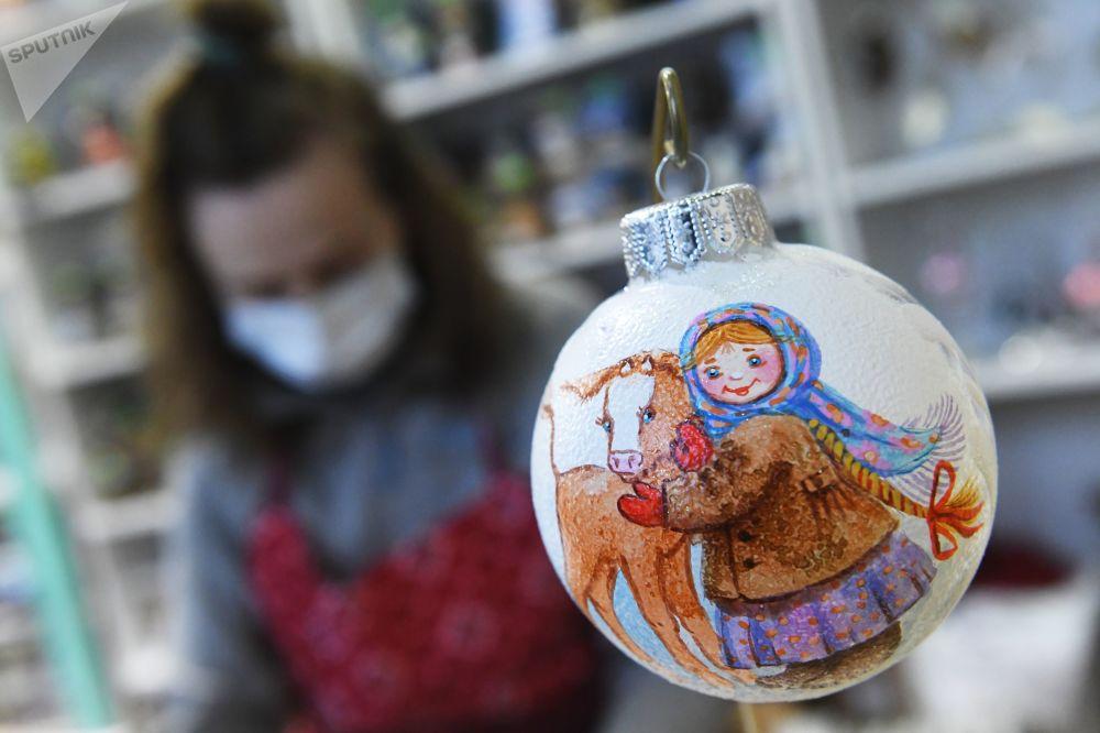 完成彩绘的新年枞树装饰球