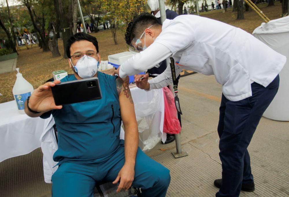 墨西哥圣尼克拉斯市军医院医护人员在新冠疫苗接种行动中自拍留念。