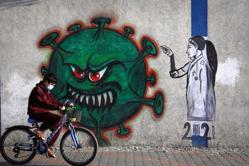 加沙地区一副护士种射新冠疫苗的涂鸦画