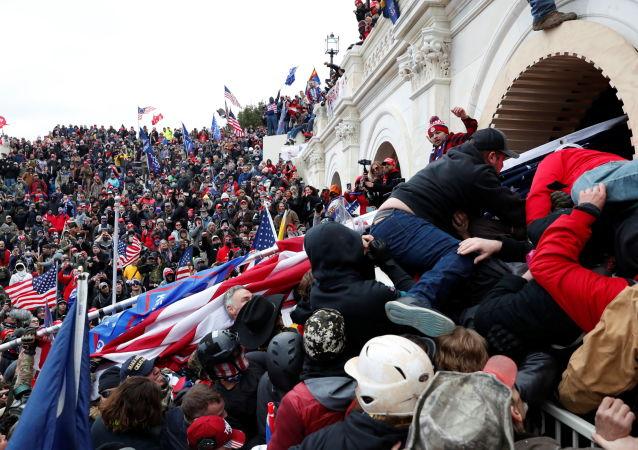 国会大厦骚乱期间受伤的警察宣告死亡