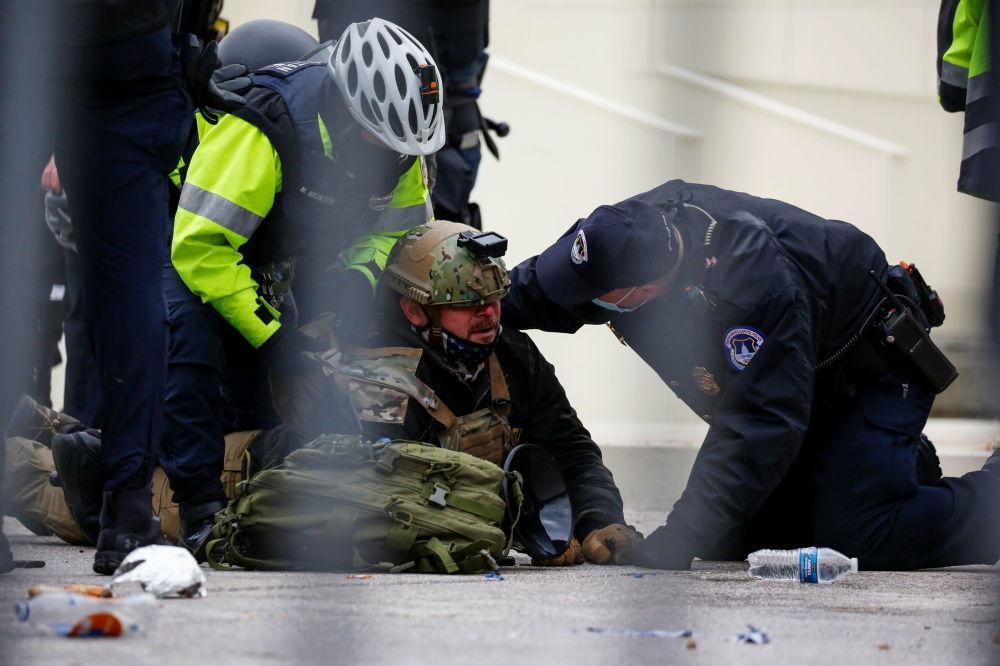 美国总统特朗普的支持者在华盛顿的抗议活动中被执法人员逮捕