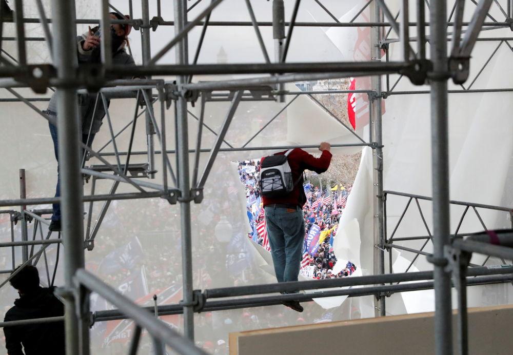 抗议者们爬上脚手架企图冲击国会大厦