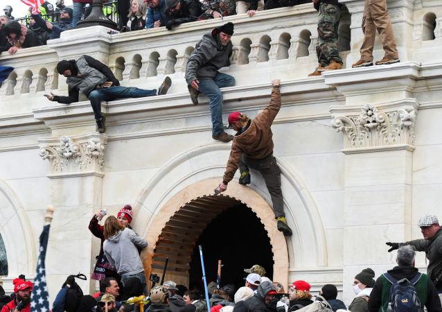 美国白宫谴责骚乱 要求追究相关人员责任