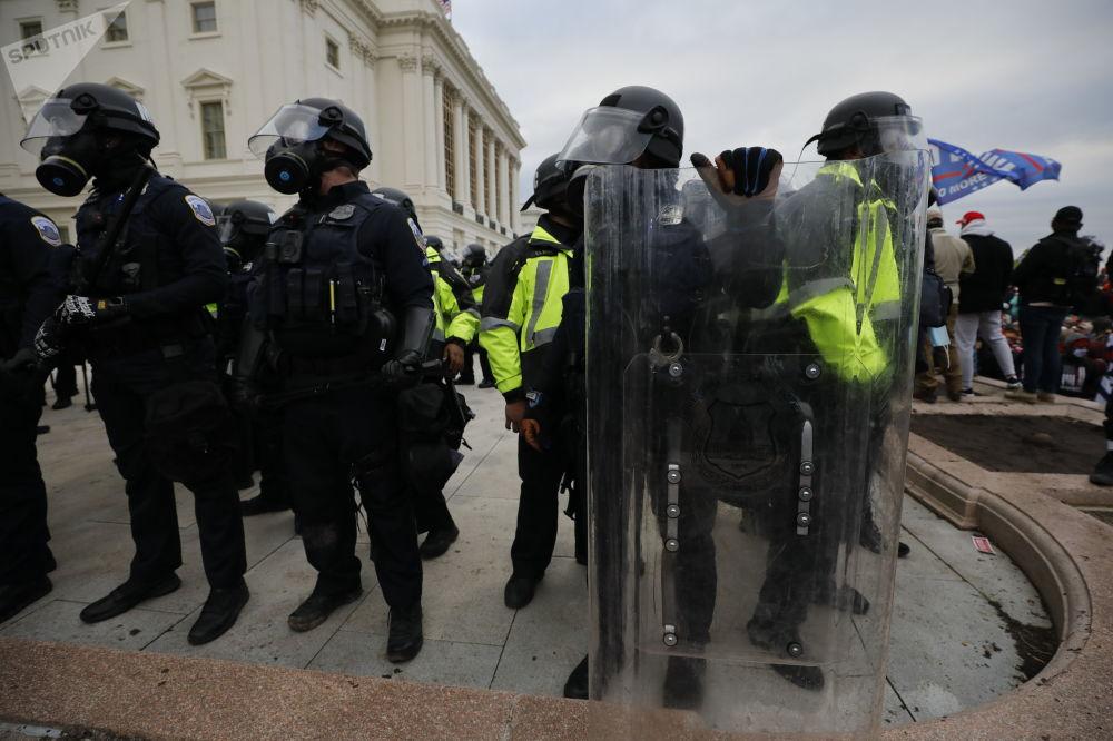 警察在华盛顿国会大厦附近的抗议活动中执法