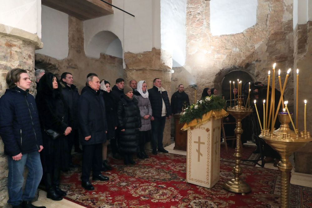 俄罗斯总统普京在利普诺岛尼古拉教堂参加圣诞节祈祷活动