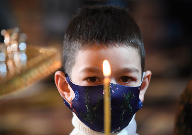 一个小男孩参加在莫斯科基督救世主大教堂里举行的圣诞节祈祷活动