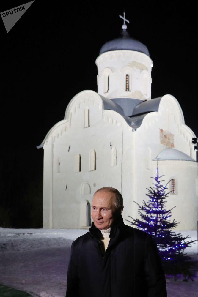 俄罗斯总统普京在圣诞节祈祷仪式结束后接受媒体的采访
