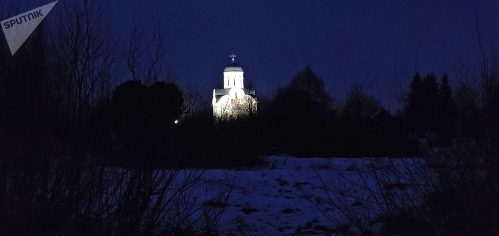 诺夫哥罗德州利普诺岛尼古拉教堂夜景。总统普京在此参加了圣诞节祈祷仪式