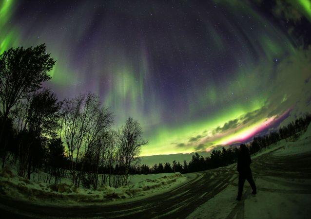 游客们对北极光最感兴趣。为了正确选择地图上的位置,旅行的组织者们正在研究卫星数据。有时不得不离开城市30公里,有时甚至是200公里。