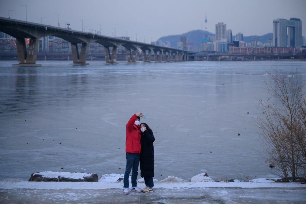 韩国遇超强寒流致汉江江水封冻