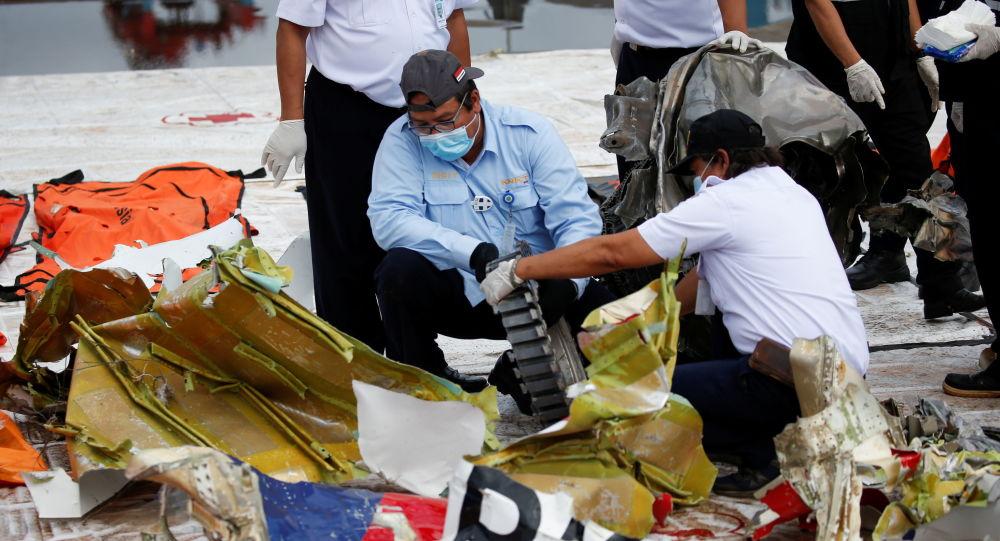 印尼坠机现场恢复搜索行动