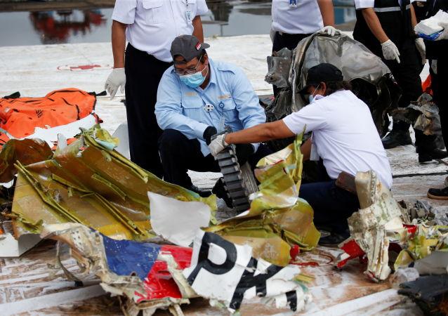 水下设备可能找到印尼坠毁飞机的语音记录器