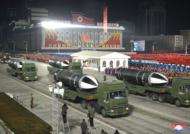 朝鲜在阅兵式上展示潜射弹道导弹