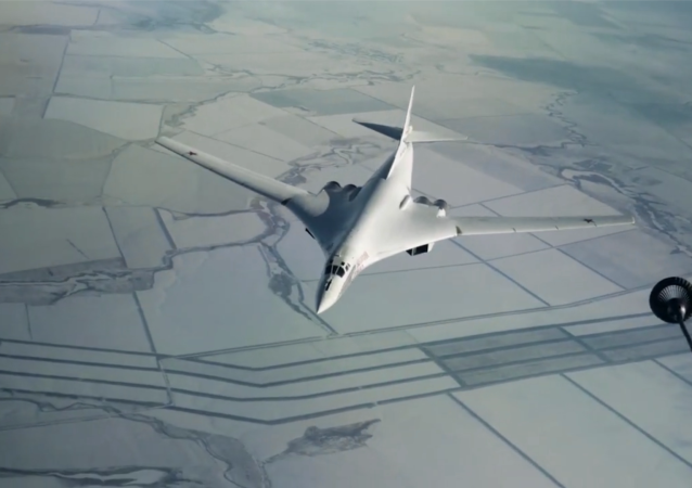 图-160战略轰炸机进行空中加油训练