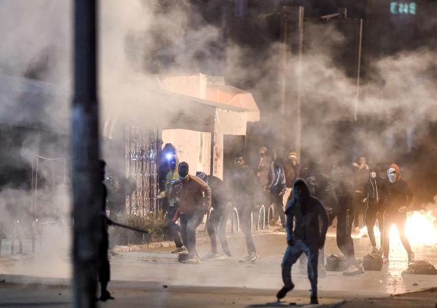 媒体:突尼斯警方使用瓦斯驱散国内多个城市的骚乱