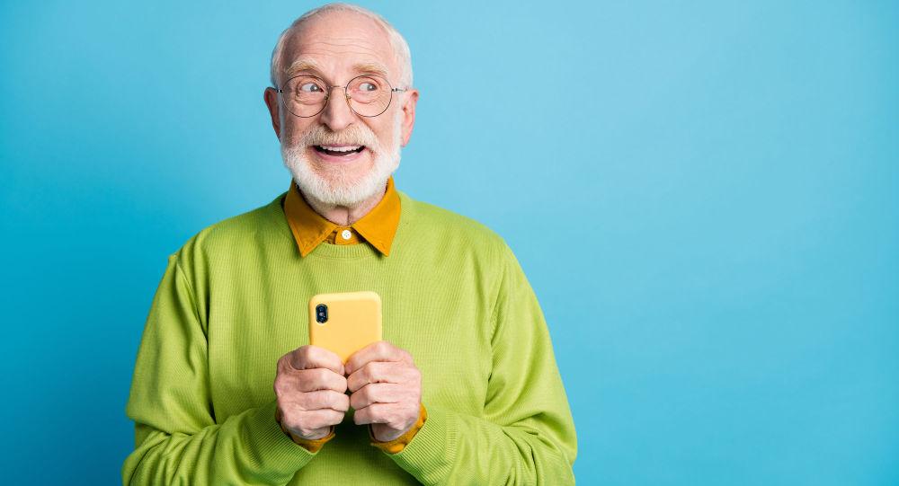 玩智能手机的老人