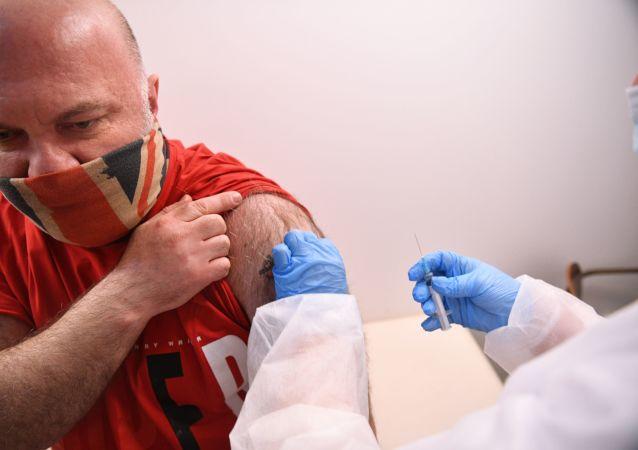 俄医生解释首次接种新冠病毒疫苗后的处理方法