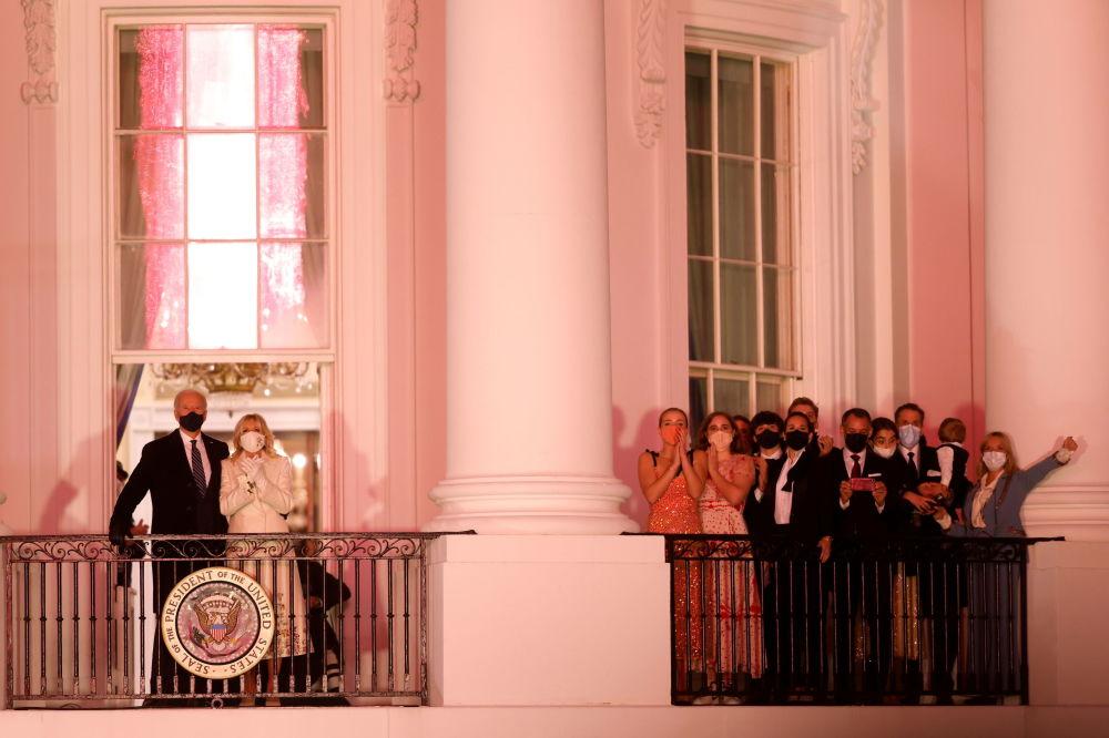 美国总统拜登夫妇在白宫阳台上观看就职庆典焰火表演
