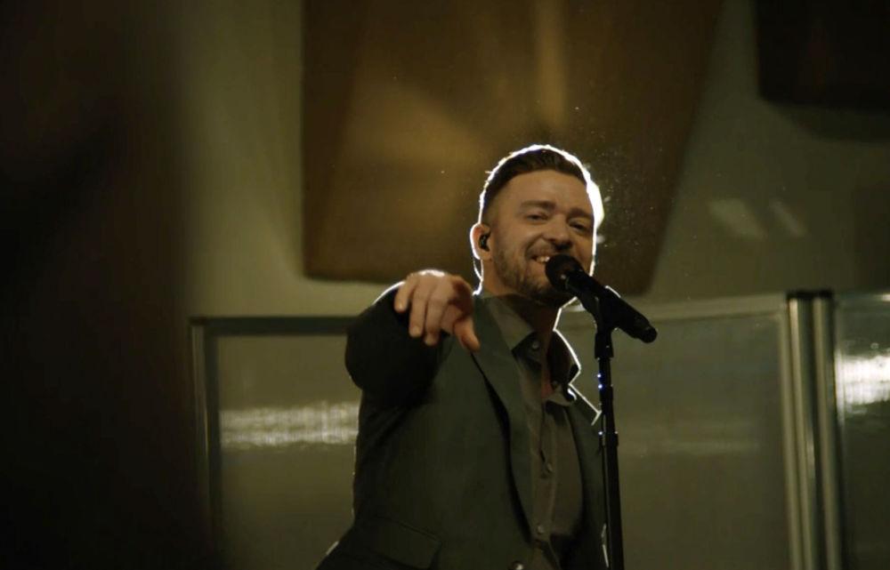 美国歌手贾斯丁·汀布莱克参加总统就职庆典晚会表演