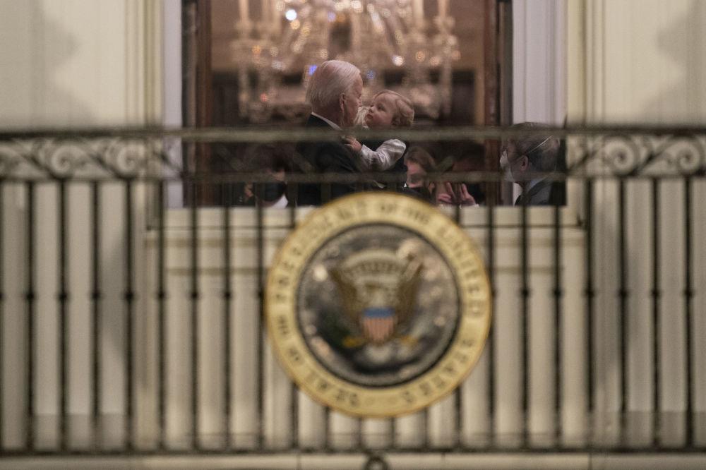 美国总统拜登与孙儿在白宫