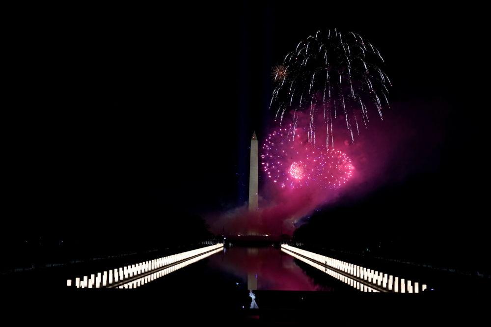 美国第46任总统就职庆典焰火照亮林肯纪念碑