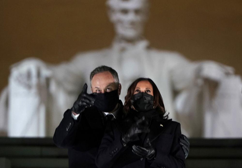 美国副总统哈里斯与丈夫在华盛顿林肯纪念碑观看就职庆典焰火