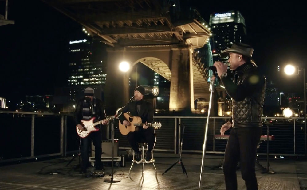 美国歌手蒂姆·麦格罗与泰勒·哈巴德应邀参加总统就职庆典晚会表演