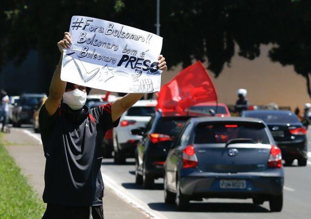 巴西多地发生要求弹劾总统博索纳罗的汽车抗议游行活动
