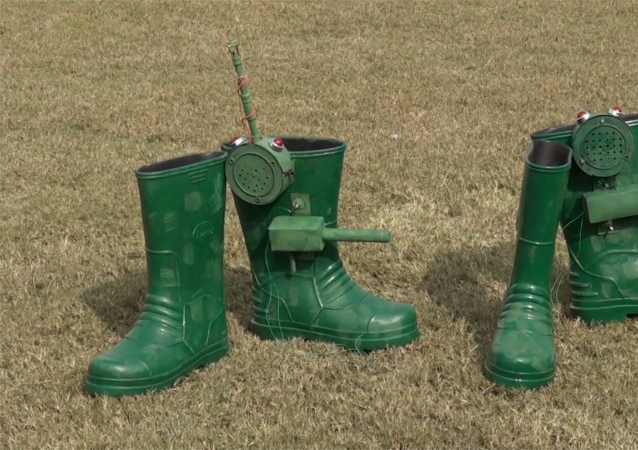 印度发明家为士兵设计一款可以预警和自卫的橡胶雨靴