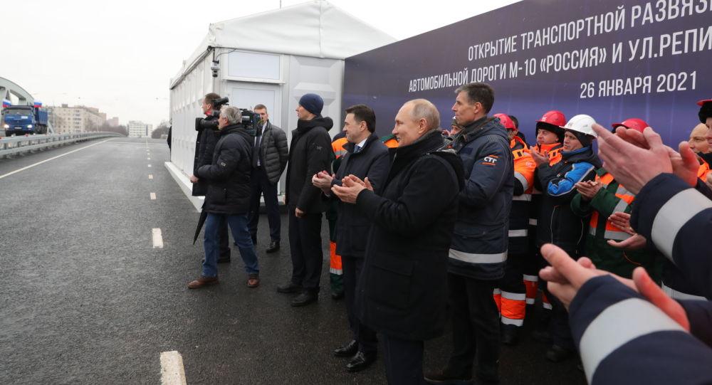 普京:俄罗斯有大量建造道路的计划