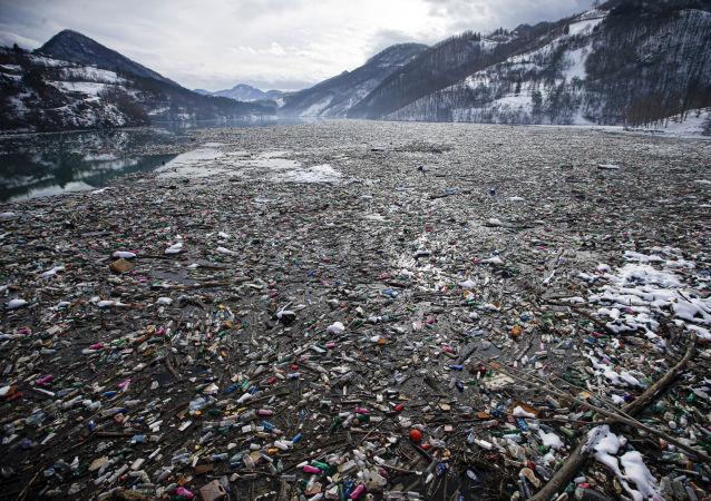 塞尔维亚波特佩科湖上垃圾成山