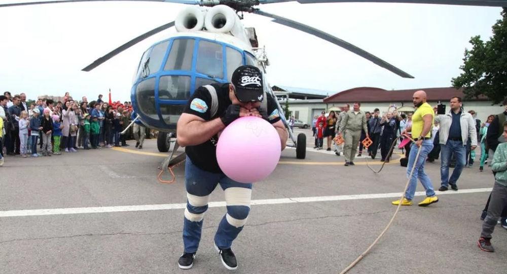 世界上力气最大的人将尝试移动全球最大的米-26直升机