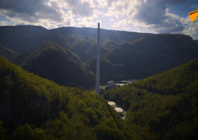 别往下看!斯洛文尼亚登山者征服360米高的特尔博夫列烟囱