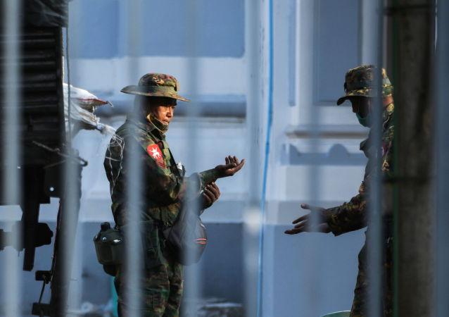 缅甸仰光市政厅的士兵。