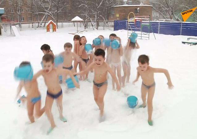 """""""如果你想健康"""":克拉斯诺亚尔斯克幼儿园的孩子们在严寒中洗冷水浴"""