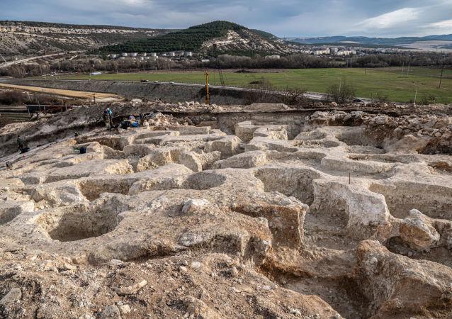 考古学家讲述在克里米亚古墓中的发现