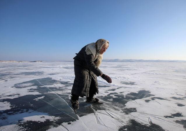 76岁柳芭奶奶滑冰自由穿梭贝加尔湖
