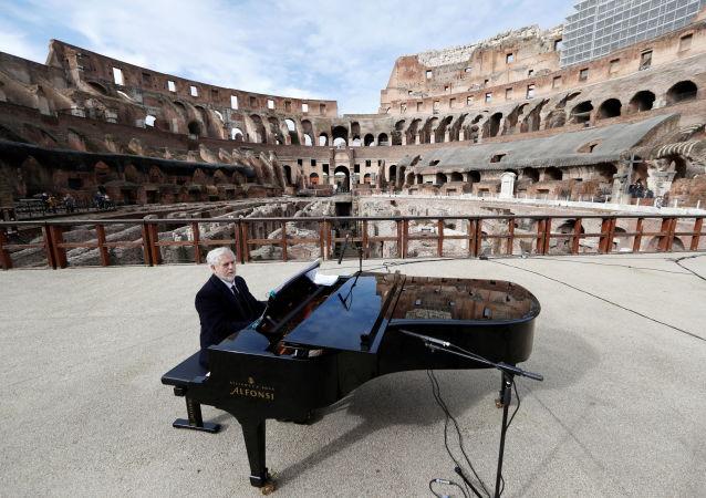 意大利罗马斗兽场,钢琴家在音乐会开始前进行排练。罗马斗兽场在解除封锁后重新开放。