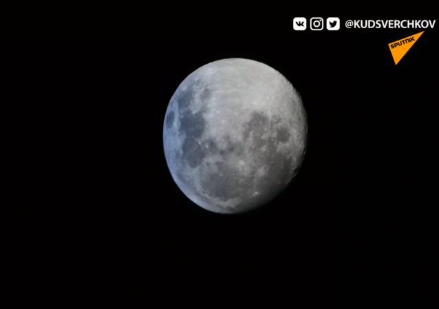 """""""压扁""""的月球"""