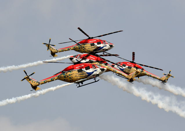 """印度空军""""孔雀""""(Sarang)直升机特技飞行队在航空展上表演。"""