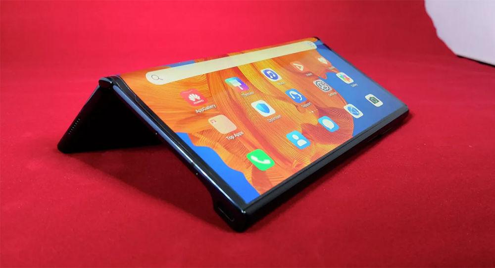 华为李小龙介绍新一代折叠屏手机华为Mate X2