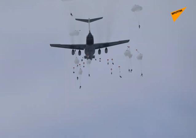 俄空降兵在科斯特罗马州进行伊尔-76机型伞降演练
