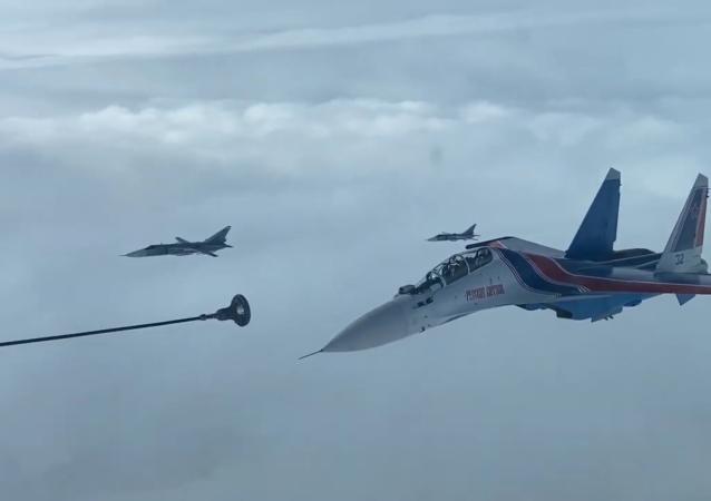 俄军利佩茨克州飞训中心举行空中加油科目训练