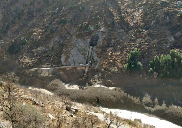 救援人员在印度冰川断裂引发洪水后找到十名死者的尸体